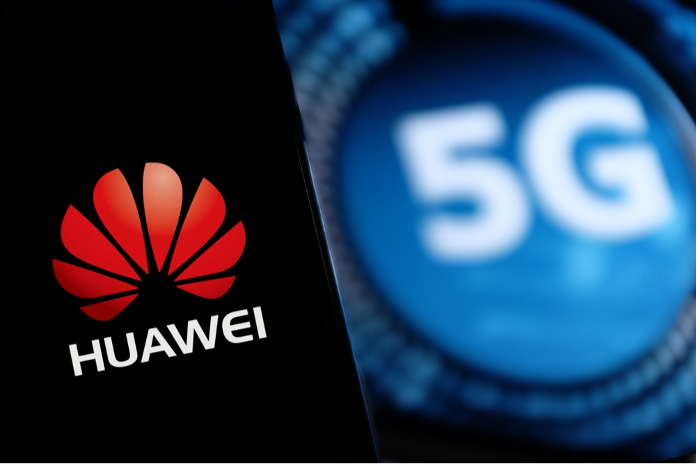 Huawei smartphone in front of a 5G symboi.